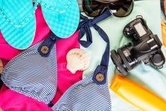 Oggetti per il viaggio pronto per una vista di viaggio Fotografie Stock Libere da Diritti