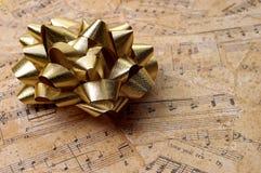 Oggetti - regalo musicale dorato Immagini Stock