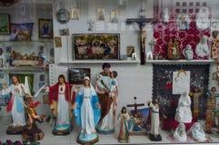 Oggetti religiosi sulla vendita a Lourdes Immagini Stock
