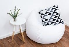 Oggetti semplici della decorazione, interno bianco minimalista Immagini Stock