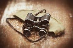 Oggetti WWII: cappuccio di campo del soldato, binocolo militare Immagine Stock