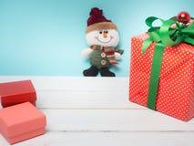Oggetto bianco del nastro e della decorazione di regalo del filo di ordito variopinto del contenitore e c Immagini Stock