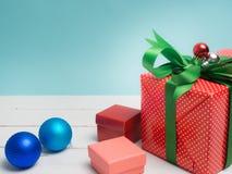 Oggetto bianco del nastro e della decorazione di regalo del filo di ordito variopinto del contenitore e c Immagini Stock Libere da Diritti