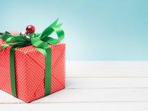 Oggetto bianco del nastro e della decorazione di regalo del filo di ordito variopinto del contenitore e c Immagine Stock
