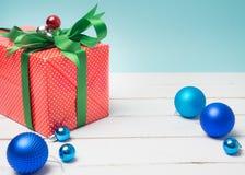 Oggetto bianco del nastro e della decorazione di regalo del filo di ordito variopinto del contenitore e c Fotografia Stock