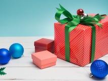 Oggetto bianco del nastro e della decorazione di regalo del filo di ordito variopinto del contenitore e c Fotografie Stock