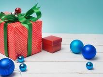 Oggetto bianco del nastro e della decorazione di regalo del filo di ordito variopinto del contenitore e c Fotografia Stock Libera da Diritti
