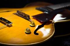 Oggetto d'antiquariato, chitarra laminata della cima dell'arco di jazz Immagini Stock