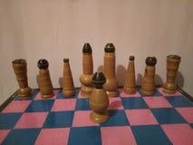 Oggetto d'antiquariato colorato di legno dell'insieme di scacchi Fotografie Stock
