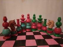 Oggetto d'antiquariato colorato di legno dell'insieme di scacchi Immagini Stock