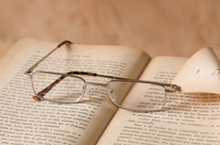 Oggetto d'antiquariato di vetro & del libro fotografie stock