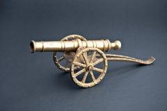 Oggetto d'antiquariato dorato del canone del metallo fotografie stock libere da diritti