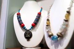 Oggetto d'antiquariato e bella collana variopinta Fotografia Stock