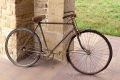 Oggetto d'antiquariato o retro bicicletta ossidata fuori su una parete di pietra Fotografie Stock