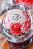 Oggetto di vetro dipinto variopinto visualizzato al mercato di Panjiayuan, Pechino, Cina Fotografie Stock
