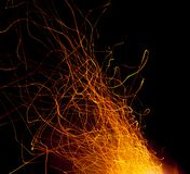 Ogień iskrzy dojechanie nieba obraz stock
