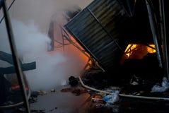 Ogień budynek Miejscowego rynek jest na ogieniu zdjęcia royalty free