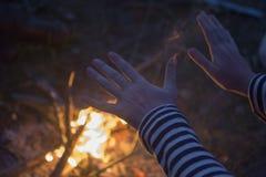 Ogień grże up ręki Obrazy Stock