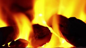 Ogień jest płonącym drewnem w kuchence zdjęcie wideo