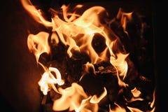Ogień ogieni płomienie zamknięci w górę fotografia royalty free
