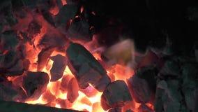 Ogień płonie dźwiganie w ciemnym tle zbiory