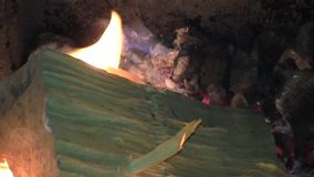 Ogień płonie dźwiganie w ciemnym tle zbiory wideo