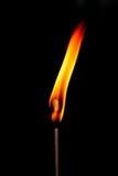 Ogień płonie na czarnym tle Obrazy Royalty Free