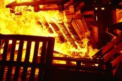 Ogień płonie na ognisku Palacza nagły wypadek Niebezpieczeństwa spalanie fotografia stock