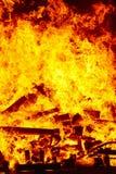Ogień płonie na ognisku Palacza nagły wypadek Niebezpieczeństwa spalanie obraz stock