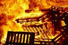 Ogień płonie na ognisku Palacza nagły wypadek Niebezpieczeństwa spalanie zdjęcia royalty free