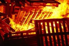 Ogień płonie na ognisku Palacza nagły wypadek Niebezpieczeństwa spalanie fotografia royalty free