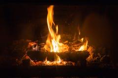 Ogień płonie z popiółem w grabie zdjęcia stock
