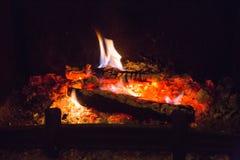Ogień płonie z popiółem w grabie obraz stock