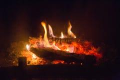 Ogień płonie z popiółem w grabie fotografia stock