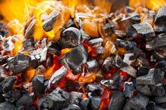 Ogień, pali węgla zakończenie up zdjęcie stock