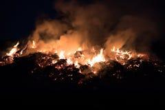 Ogień przy nocą, płomienie, dym Zdjęcie Stock