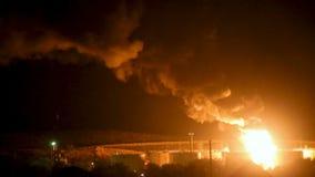 Ogień przy rafinerią przy nocą zdjęcie wideo