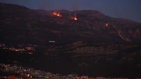 Ogień w górach przy nocą góry nad dymem Budva, zdjęcie wideo