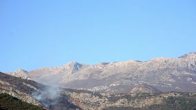 Ogień w górach w popołudniu góry nad dymem zdjęcie wideo