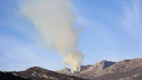 Ogień w górach w popołudniu góry nad dymem zbiory