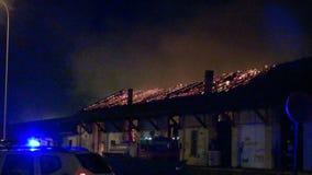 Ogień w magazynie przy nocą zbiory wideo