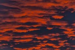 Ogień W niebie Czerwony zmierzch z chmurami Obrazy Royalty Free