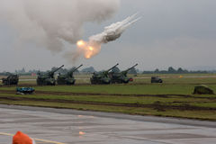 Ogieni artyleryjskich próbni strzały podczas militarnego przedstawienia NATO-WSKICH dni zdjęcie stock