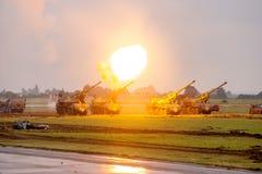 Ogieni artyleryjskich próbni strzały podczas militarnego przedstawienia NATO-WSKICH dni fotografia stock