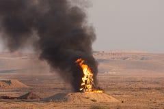 Ogienia i czerni dym palenie oliwi podczas pożarniczej władzy demonstartion Izraelickie Defence siły w pustynia negew obrazy royalty free