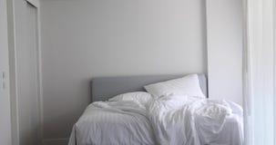 Ogjord säng med vit linne stock video
