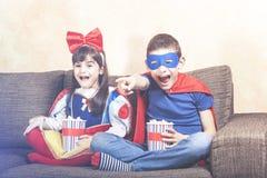 oglądając telewizję dzieci fotografia stock