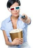 Oglądający 3D filmu dziewczyny wręcza dalekiego kontrolera Zdjęcie Stock