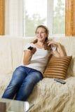 oglądanie telewizji dziewczyny Zdjęcia Stock