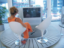 oglądanie telewizji kobieta zdjęcie stock